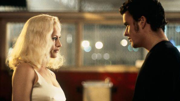 Szenenbild Lost Highway: Pete und Alice schauen sich tief in die Augen